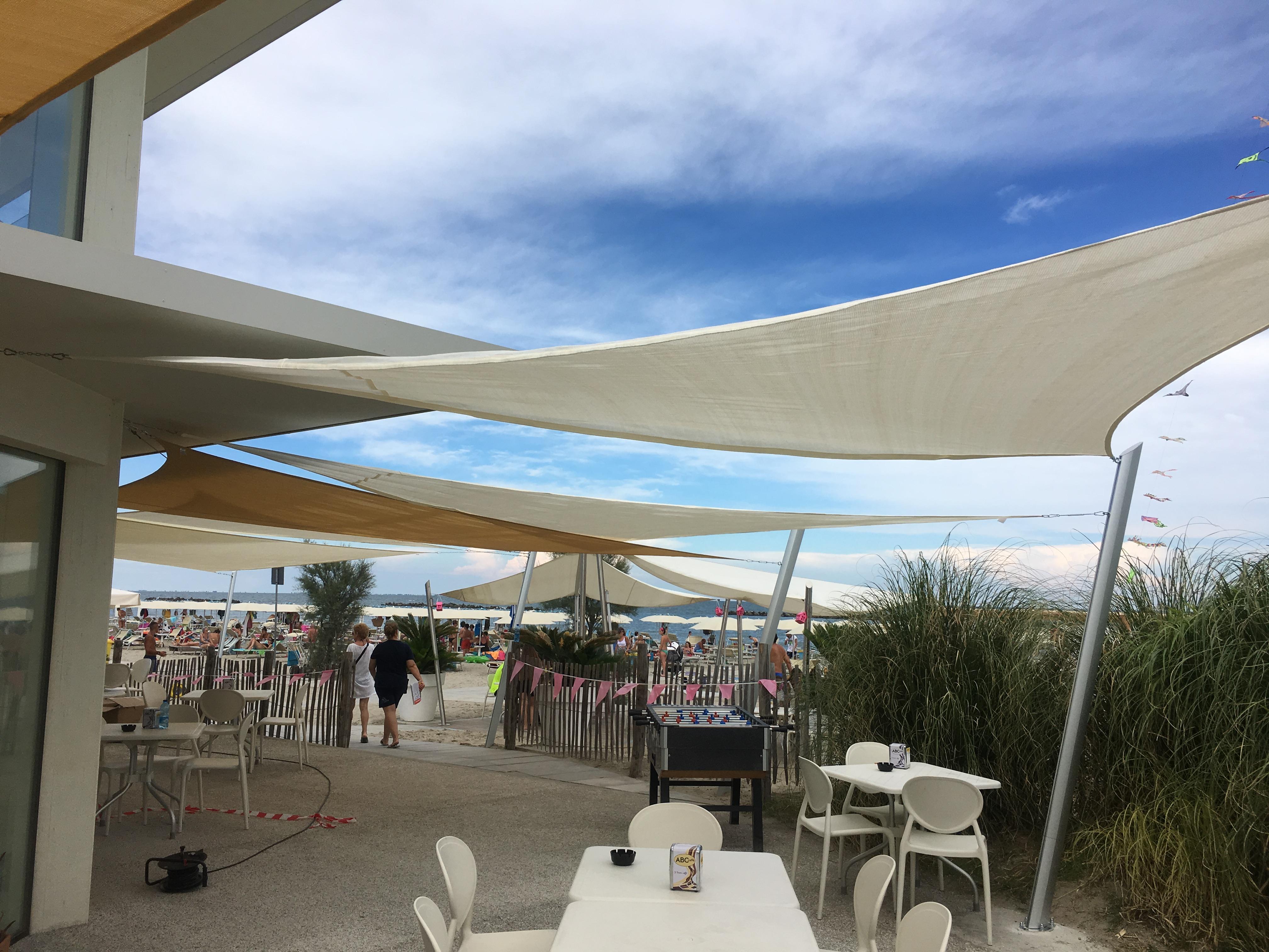 Sonnensegel Strandcafé mit Masten