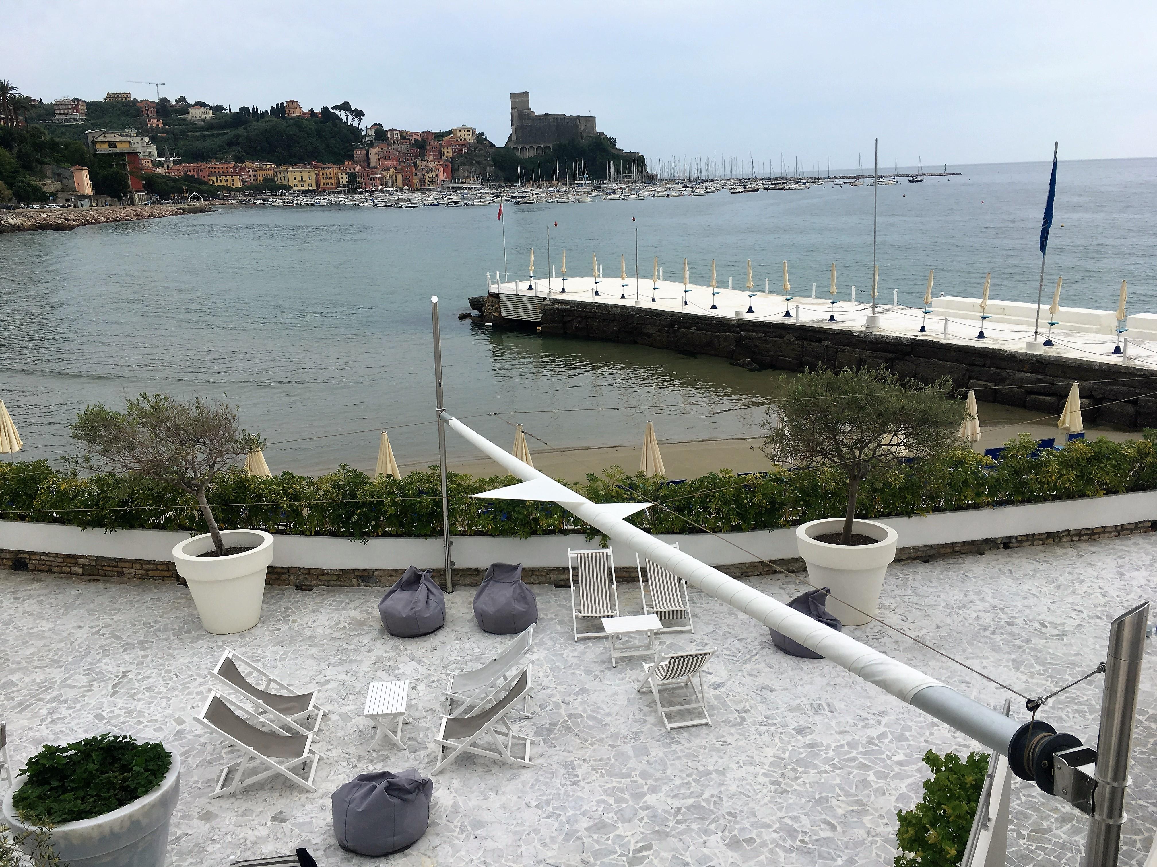 motorisiertes Sonnensegel für Terrasse Restaurant am Meer